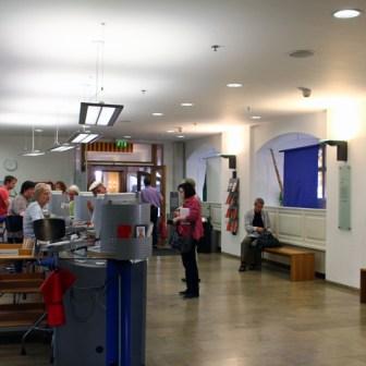 Blick in den Eingangsbereich mit Verbuchungstheke.