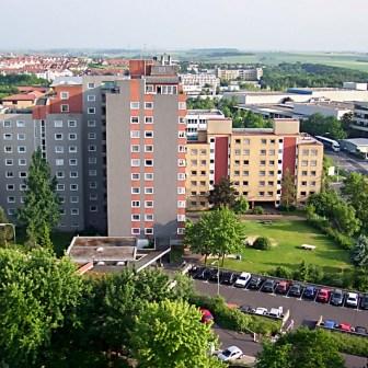 Blick vom 12. Stockwerk eines Hochhauses in der Brüsseler Straße hinüber zu den Häusern der Bonner Straße. Die Aufname stammt aus dem Jahr 2003. In den letzten zehn Jahren ist auch hier viel saniert und renoviert worden.