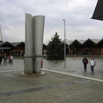 """Marktplatz am Heuchelhof kurz nach Fertigstellung der Umbaumaßnahmen im Dezember 2004. Der Platz wirkt nun """"geräumiger"""" und aufgeräumter."""