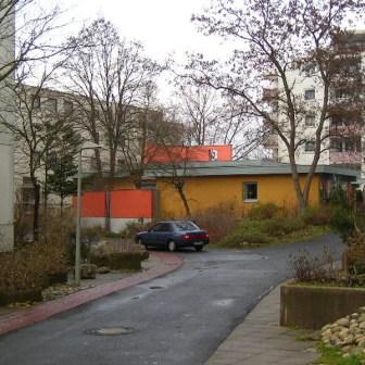Die ehemalige evangelische Kirche am Heuchelhof im Jahr 2004 nach der Umgestaltung zum Stadtteilzentrum. Das Gebäude wurde 1976 als Kirche errichtet und wurde Anfang der 80er Jahre etwas erweitert durch ein Kellergeschoss.