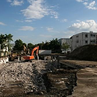 """Im Oktober 2010 wurde ein Teil der alten Tiefgarage in der Römer Straße komplett dem Erdboden gleich gemacht und nicht mehr ersetzt. Der große Spielplatz der sich hier befand wurde abgerissen und nach den Umbauarbeiten komplett neu aufgebaut zum """"Bewegungsfeld Römer Straße""""."""