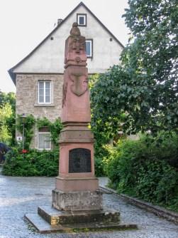 Denkmal mit Inschrift der Namen am Kirchplatz. Es erinnert an die gefallenen Soldaten aus Rottenbauer in den Feldzügen von 1866 - 70/71.