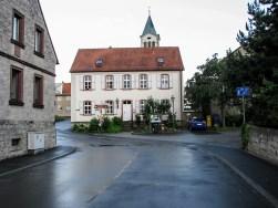 Das evangelische Pfarrhaus von Rottenbauer im Ortskern.