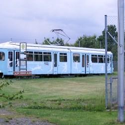 """Die """"Sportfreunde der WVV"""" haben direkt neben dem Straßenbahnbetriebshof ihre Sportplätze und nutzen eine alte und lange ausgemusterte Straßenbahn der WVV als """"Sportheim""""."""
