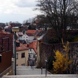Die Treppe führt vom Kirchplatz hinunter in den Altort.