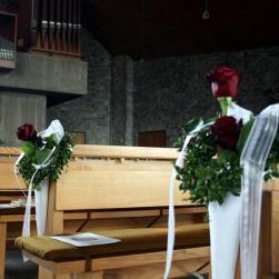 Am weißen Sonntag (der Sonntag nach Ostern) in der Kirche. Übrig geblieben ist noch der Blumenschmuck vom Gottesdienst an diesem Tag.