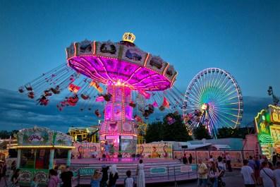 """Fahrgeschäfte in der """"Blauen Stunde"""" beim Kiliani-Volksfest 2019."""