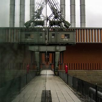 Der alte MAN-Kran gespiegelt in der Glasfassade des Kulturspeichers.
