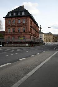 Das Gebäude in der Theaterstraße (ehemaliges Gesundheitsamt) ist ein letztes Überbleibsel des 1. Bahnhofs der Stadt. Das Bild entstand vor der Sanierung.