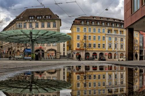 Pfützenwetter im März am Barbarossaplatz.