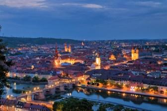 Blick auf Würzburg am Abend