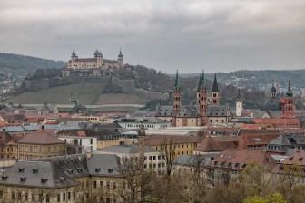 Blick über die Dächer der Stadt. Gesehen vom Turm der St. Johannis-Kirche in Würzburg.