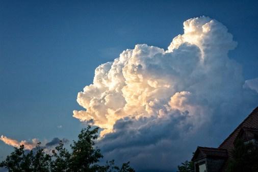 """Typisch für ein echtes Sommergewitter sind solche """"Blumenkohlwolken"""" am Himmel. Kurz danach ging es dann auch richtig los..."""