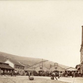 """""""Fassrollen"""" auf dem Gelände der Bürgerbräu. Die Aufnahme stammt ca. aus dem Jahr 1899!"""