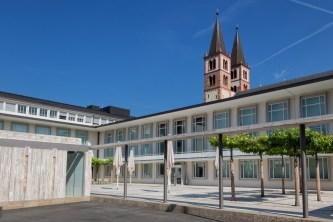 Morgens, halb zehn in Würzburg. Blick zum Burkadushaus mit dem Dom im Hintergrund.