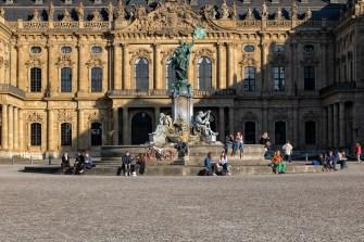 Frühlingswetter am Frankoniabrunnen vor der Residenz in Würzburg. Ab April 2019 wird der Brunnen für gut ein Jahr und etwa 500.000 Euro saniert.