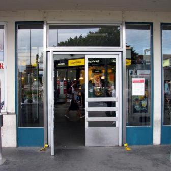 Die alten schweren Eingangstüren sind schon lange eine Barriere und sollen ersetzt werden.