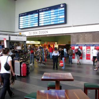 In der Bahnhofshalle haben sich neue Geschäfte angesiedelt die den jetzigen Bahnhof wenigstens etwas aufwerten.