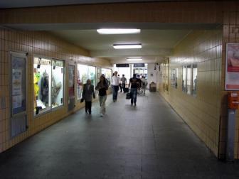 Ungemütliche und durch Neonlicht erhellte Unterführungen wie diese sollen mit dem neuen Bahnhof ein Relikt der Vergangenheit sein - hoffentlich!