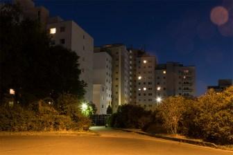Blick bei Nacht auf die Rückseite der weiter oben gezeigten Gebäude der Brüsseler Straße.