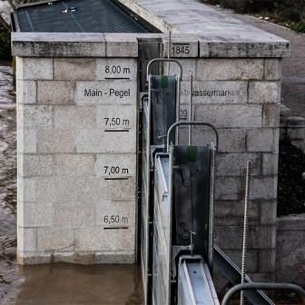 Der Wasserstandanzeiger am Alten Kranen zeigt recht deutlich die Ausmaße - aber auch wieviel Platz noch zu den Werten aus der Vergangenheit ist.