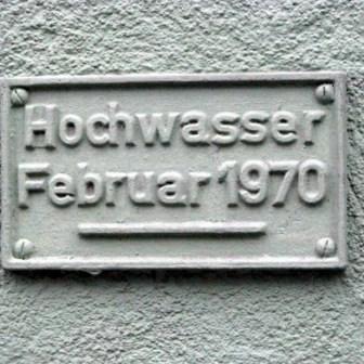 Das Schild am Gebäude der Karmelitenstraße 1 zeigt den Hochwasserstand von 1970 an.