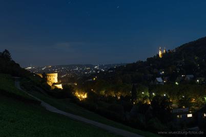 Blick auf den Maschukuliturm bei Nacht.
