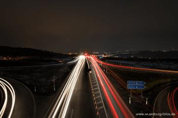 Straßenverkehr bei Nacht an der B19.