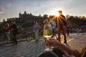 So genießt man einen schönen Sonnenuntergang auf der Alten Mainbrücke in Würzburg am besten! ;-)