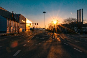 Sonnenuntergang vor leeren Straßen in der Zeit der Corona-Kriese.