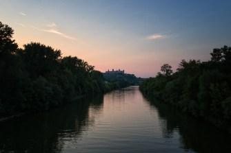 Sonnenuntergang am Main mit Blick zur Festung Marienberg