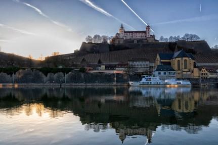 Wie könnte es schöner sein?! Sonnenuntergang am Main in Würzburg.