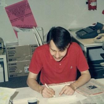 Kaya Gök bei der Redaktionsarbeit am Schreibtisch.