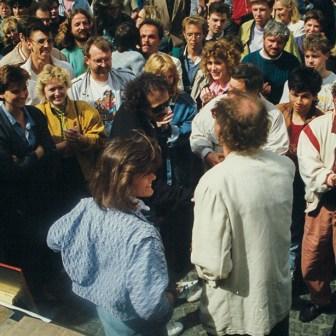 Hoher Besuch beim W1-Geburtstag 1988: Carlos Santana mischt sich unter das Publikum. Auf dem Foto sieht man links Uschi Lamertz, rechts Tommi Piper und von hinten den damaligen Chefredakteur Hermann Haupt.