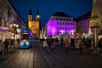 Immer wieder schön anzusehen: Die weihnachtliche Domstraße in Würzburg.