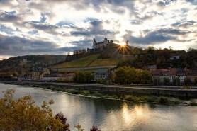 Wolkenstimmung im Herbst über Würzburg.