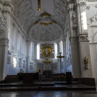 Blick zum Hauptaltar mit Stuck in Vierung, Chor und Apsis.