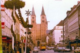 """Blick in die weihnachtliche dekorierte Domstraße - damals noch lange keine Fußgängerzone... Links sieht man das Firmenschild von """"Möbel Hess"""" welches dann später zu """"Duttenhofer"""" und heute """"Media-Markt"""" wurde."""