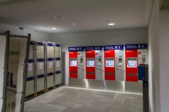 Fahrkartenautomaten und Schließfächer befinden sich jetzt direkt am Zugang zu den Gleisen.