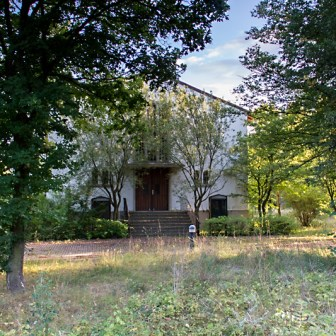 """Die ehemalige """"Leighton Chapel"""" (2012). 2018 findet auf einem Teil des Geländes die Landesgartenschau statt. Bis dahin soll es die Leighton Chapel nicht mehr geben. Die evangelische Kirche will den schmucklosen Bau abreißen und stattdessen ein neues, kleineres Gemeindehaus bauen lassen."""