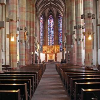 Blick in das Kirchenschiff bei Tageslicht