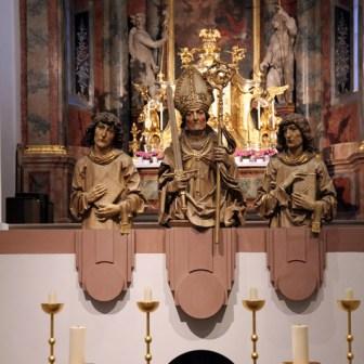 Die Büsten der drei Frankenapostel Kilian (Mitte), Totnan und Kolonat. Geschaffen von Heinz Schiestl um 1910. Die Originale stammten von Tilman Riemenschneider und wurden im zweiten Weltkrieg beim Angriff auf Würzburg zerstört.