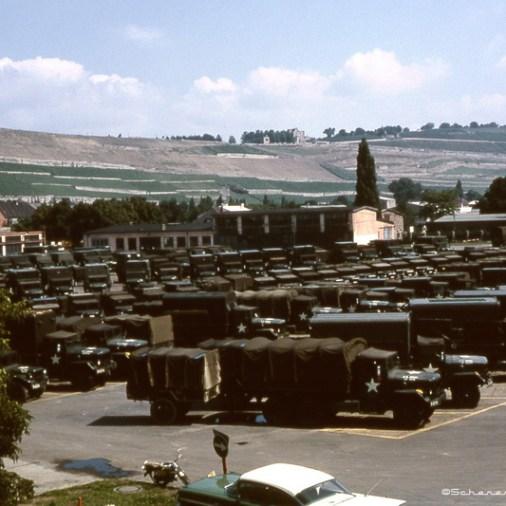 Blick auf den damaligen Fuhrpark der US-Streitkräfte in der Kaserne. Im Hintergrund die Steinburg.