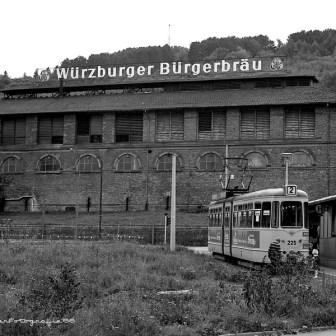 """Straßenbahnendhaltestelle Mainaustraße. Im Hintergrund das Gebäude der damaligen """"Würzburger Bürgerbräu""""."""