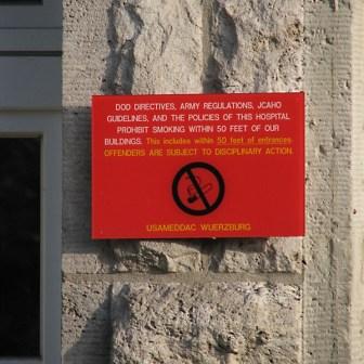 """Ein Hinweisschild aus vergangenen Tagen. Die Amerikaner waren uns damals schon etwas """"voraus"""" könnte man sagen. Heute ist es in Deutschland auch nicht viel anders """"Dank"""" strikter """"Nichtrauchergesetze""""..."""