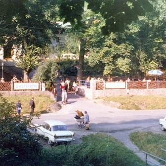 """Das bei vielen Würzburgern damals wie heute beliebte Ausflugslokal """"Volksgarten"""" im Steinbachtal."""