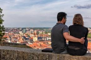 Auch so kann man seinen Abend verbringen: Zu zweit auf der Festungsmauer sitzend mit einem Blick auf Würzburg.