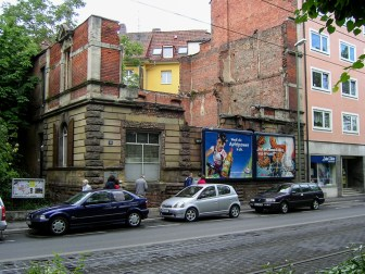 """Das """"Ruchti-Haus"""" im Juni 2004. Das Gebäude stand seit dem zweiten Weltkrieg unsaniert als Mahnung zum Erhalt des Friedens und zur Erinnerung an die Zerstörung Würzburgs unverändert an dieser Stelle."""