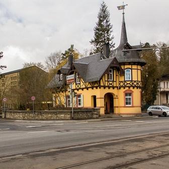 """Das """"Zollhaus Steinbachtal"""" in der Mergentheimer Straße ist ein denkmalgeschützter Bau im Schweizer Stil mit Turm und Fachwerkteilen aus der Zeit um 1895/1900."""