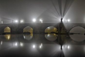 Nebelnacht im September 2012 an der Alten Mainbrücke in Würzburg.
